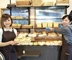 パンの販売及びカフェ・サービススタッフ